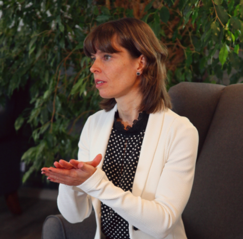 Janine Gruner mit weißem Jacket im Gespräch